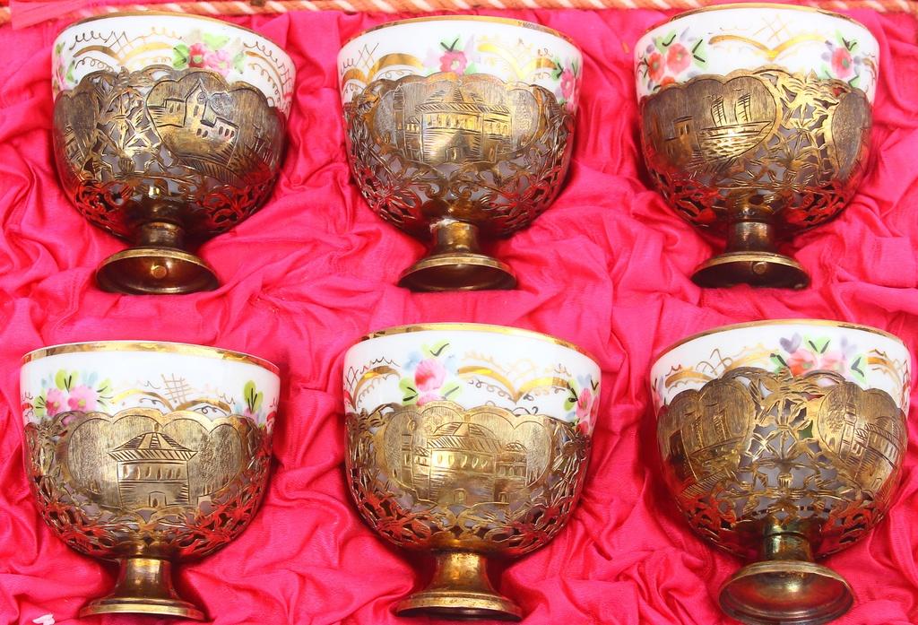 Porcelāna tasītes  ar sudraba turētāju (6 gab.)