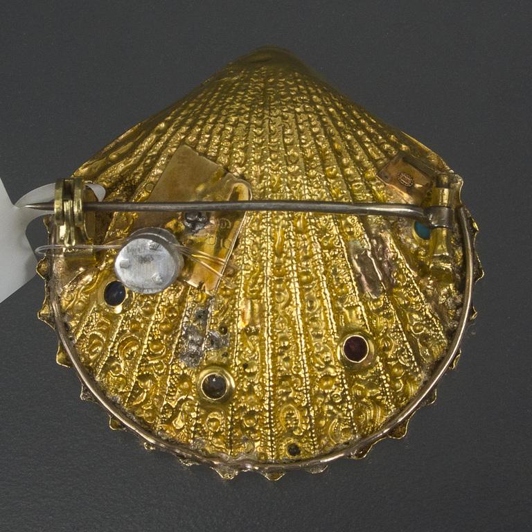 Zelta piespraude gliemežvāka formā ar briljantu, rubīnu, safīru, granātu un tirkīzu