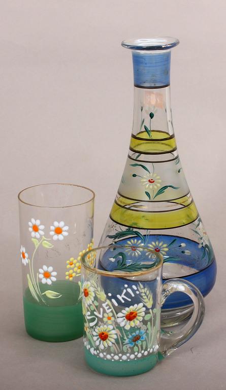 Stikla karafe ar glāzi un krūzi