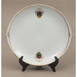 Porcelāna šķīvis ar koorporācijas simbolu