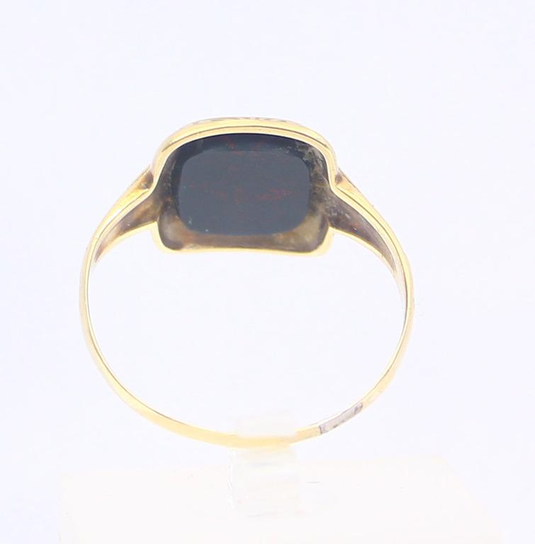 Zelta gredzens ar melnu akmeni