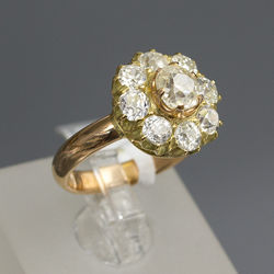 Gold ring with 9 natural diamonds