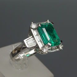 Platinum ring with 20 brilliants and emerald