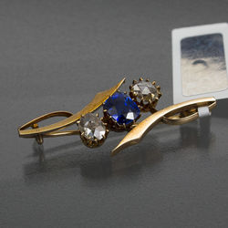 Gold brooch with brilliants and sapphire