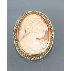 Gold brooch with a sea shell