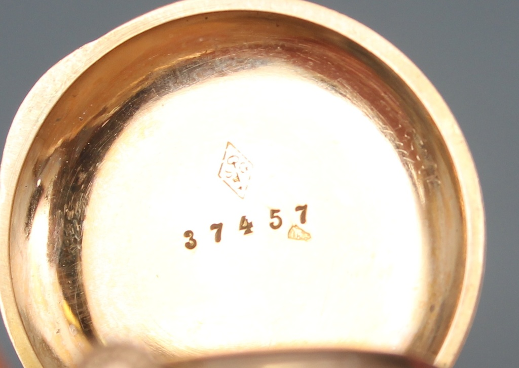 Zelta pulkstenis ar piespraudi