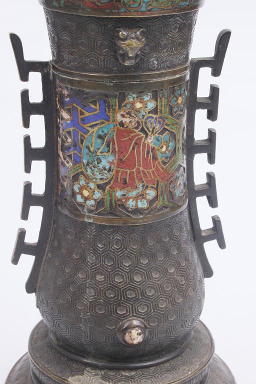 Bronzas vāze ar daudzkrāsu emalju