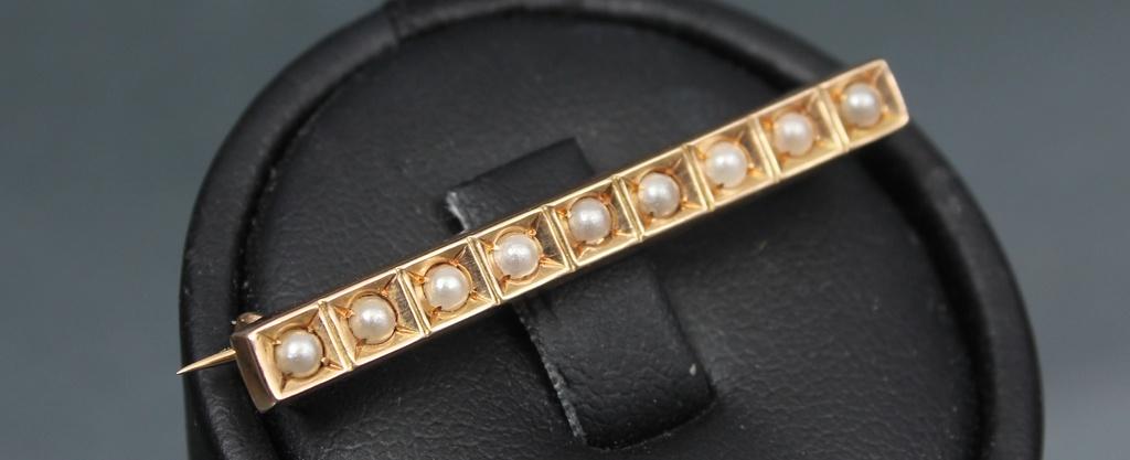 Art deko stila zelta piespraude ar pērlēm