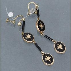 Gold earring ar onyx