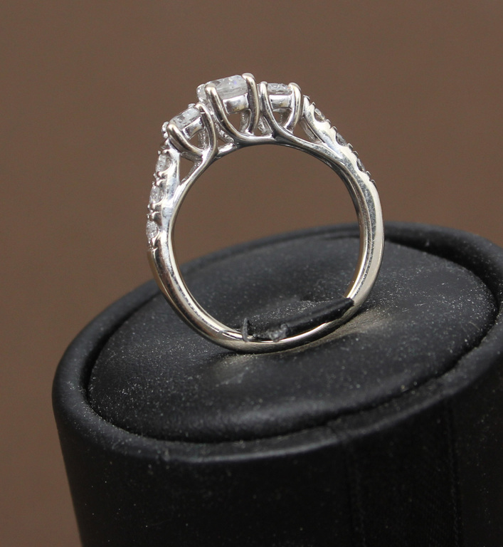 Baltā zelta gredzens ar 9 briljantiem