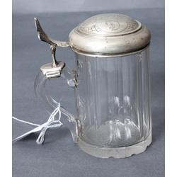 Stikla kauss ar sudraba vāku