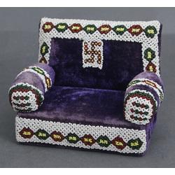 Ar pērlītēm izšūts dīvāns