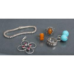 Sudraba rotaslietu komplekts - auskari, aproce, 2 gredzeni ar dzintaru, kulons, gredzens