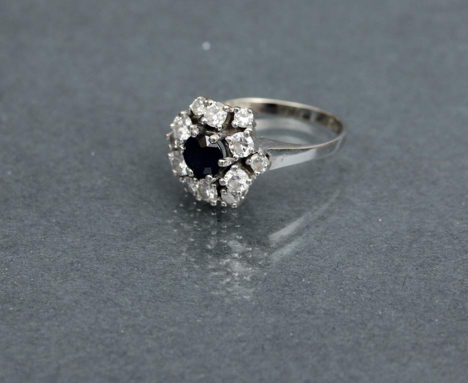 Baltā zelta gredzens ar safīru un briljantiem