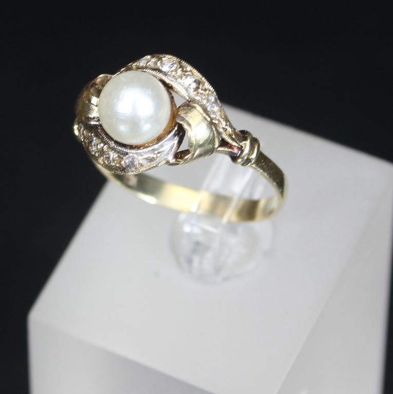 Zelta gredzens ar sintētiskajiem dimantu špineļiem un pērli