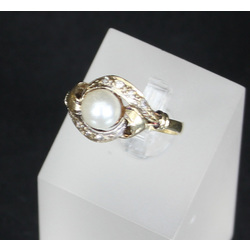 Gold ring with synthetic diamond spinel and pearl