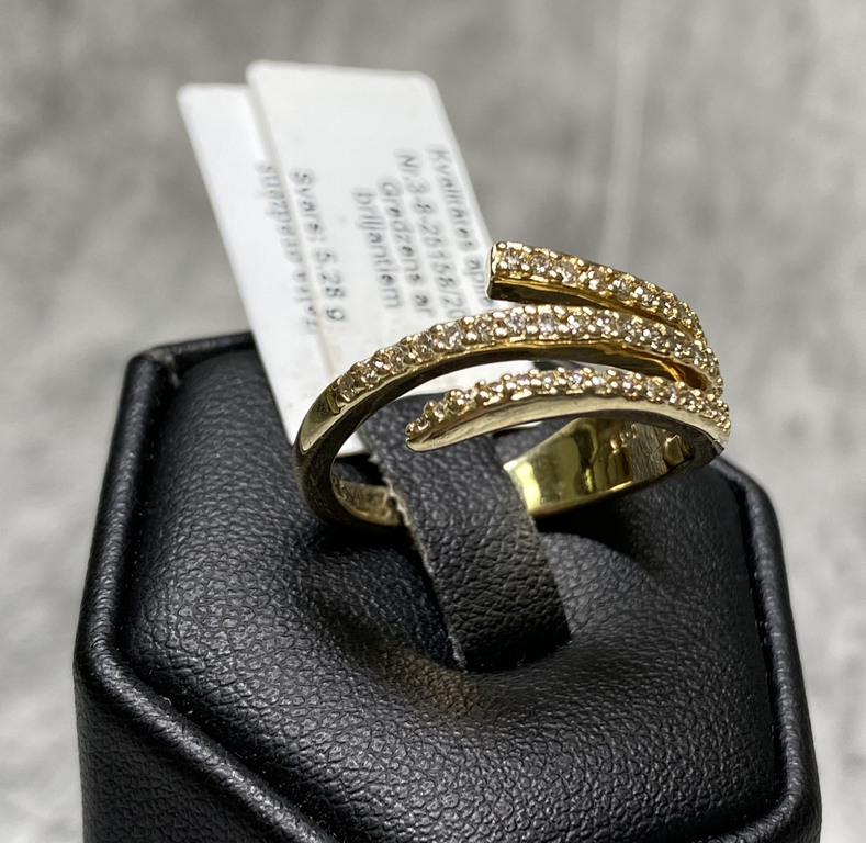 Gold ring with 43 diamonds