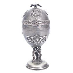 Sudraba mūzikas lādīte olas formā