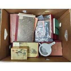 Kaste ar 36 grāmatām, 2 banknotēm, porcelāna kannu un koka lādīti