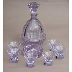 Kristāla stikls karafe ar sešām glāzītēm un pelnutrauku(stikls maina krāsu)