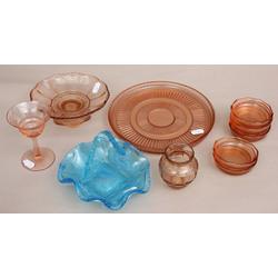 Krāsainā stikla komplekts - groziņš, vāzīte, glāze, saldumu trauks, šķīvis, 6 mazie šķīvji