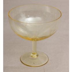 Dzeltenā stikla deserta trauks art deko stilā