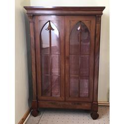 Bīdermeijera stila vitrīna ar šķēpa formas durvju spraišļiem