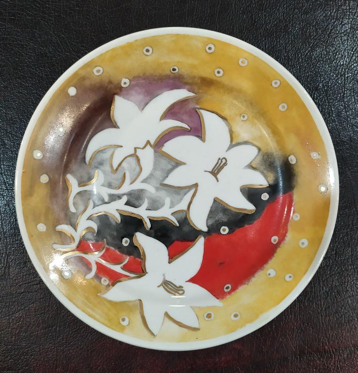 Divi ar roku apgleznoti porcelāna šķīvji