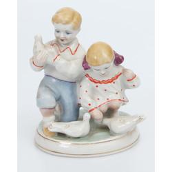"""Porcelāna figūra """"Bērni ar baložiem"""""""