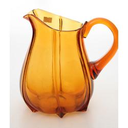 Oranžā stikla krūka