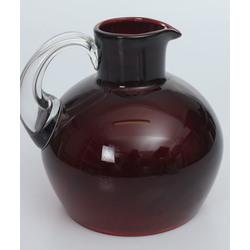 Sarkanā stikla krūka