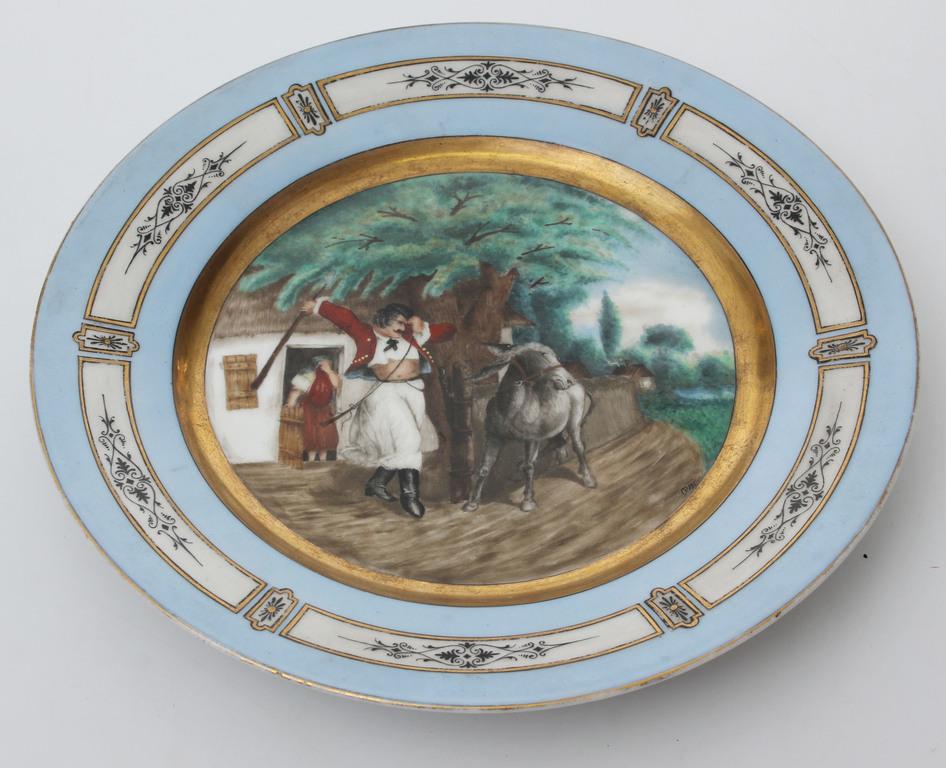 Окрашенная фарфоровая тарелка