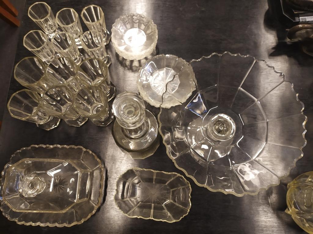 Dažādu stikla priekšmetu komplekts