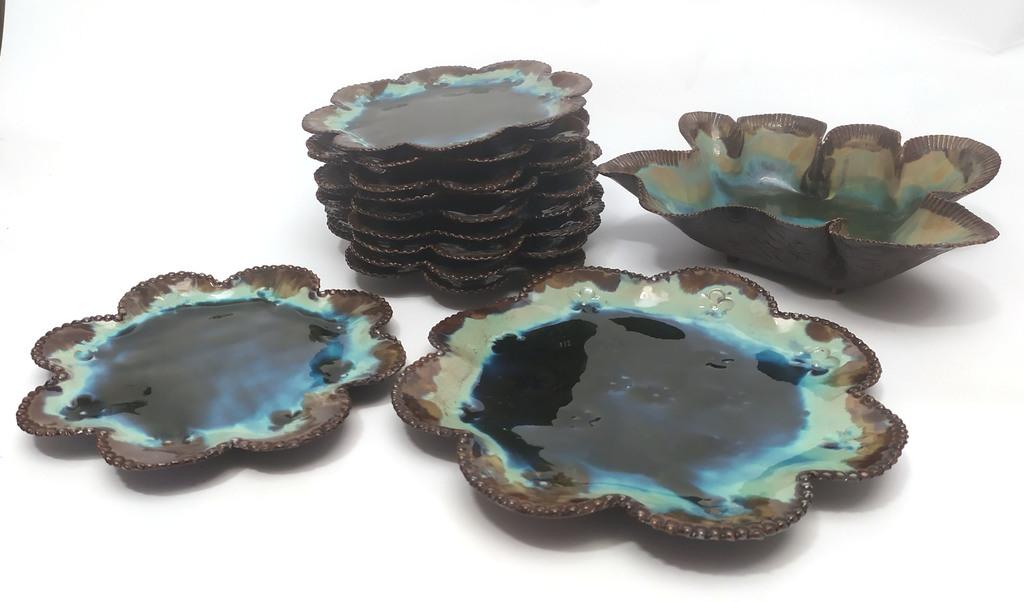Керамический набор - 1 глубокая сервировочная тарелка, 1 сервировочная тарелка, 10 тарелок.