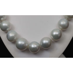Pearl beads with a light gray hue