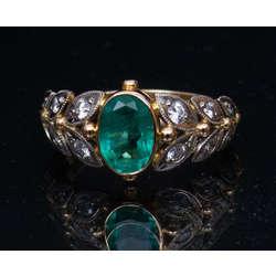 Zelta gredzens ar smaragdu un briljantiem