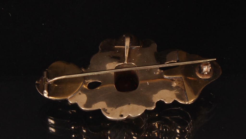 Золотая брошь с эмалью и гранатом