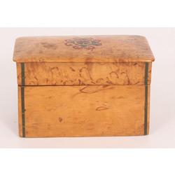 Karēlijas bērza kastīte ar ornamentu