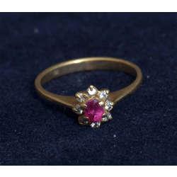 Zelta gredzens ar akmeņiem