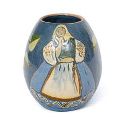 Keramikas vāze ar tautu meitas gleznojumu