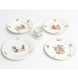 Porcelāna šķīvīši un krūzīte ar dažādām krāsainām ilustrācijām (4 gab + 1 gab)