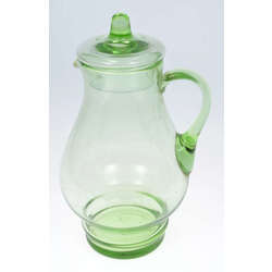 Zaļas krāsas stikla krūka ar vāku