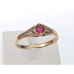 Zelta gredzens ar sarkanas krāsas akmeni