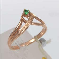 Zelta gredzens ar zaļas krāsas akmeni