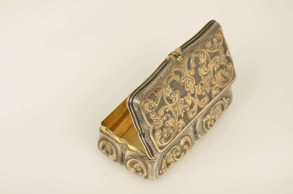 Sudraba lādīte ar zelta intarsijām