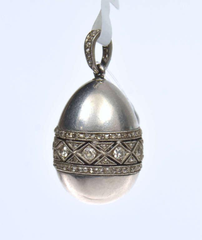 Platīna piekariņš olas formā ar briljantiem
