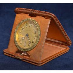 Bronzas galda pulkstenis ādas ietvarā