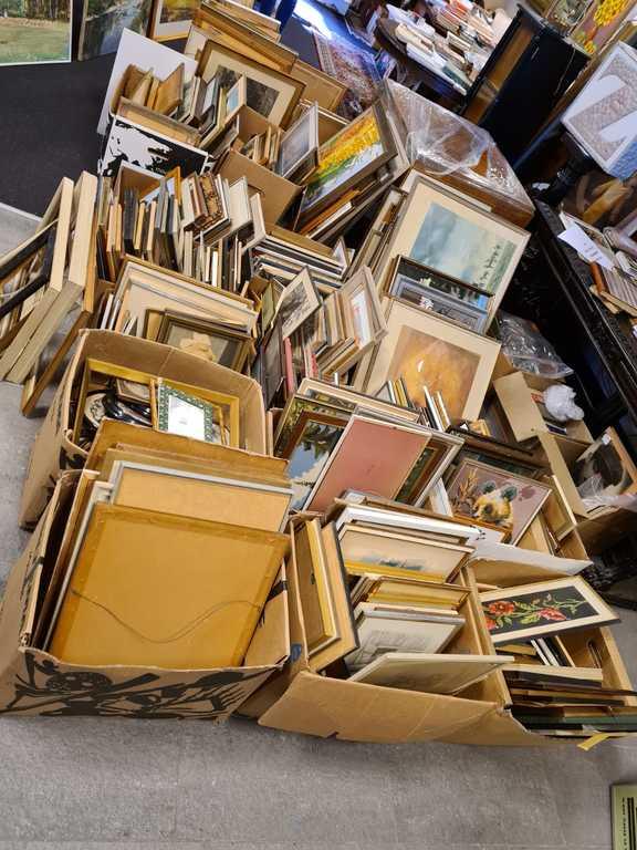 SUPERLOTE ! Vairāk kā 400 (gleznas, grafikas, akvareļi, reprodukcijas, izšuvumi, fotogrāfijas) + 2 kastes ar rāmjiem