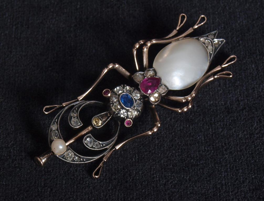 Zelta piespraude ar dimantiem un pērli