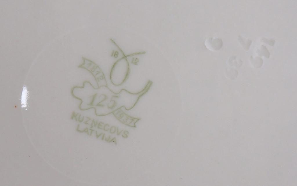 Porcelāna tasīte ar divām apakštasītēm